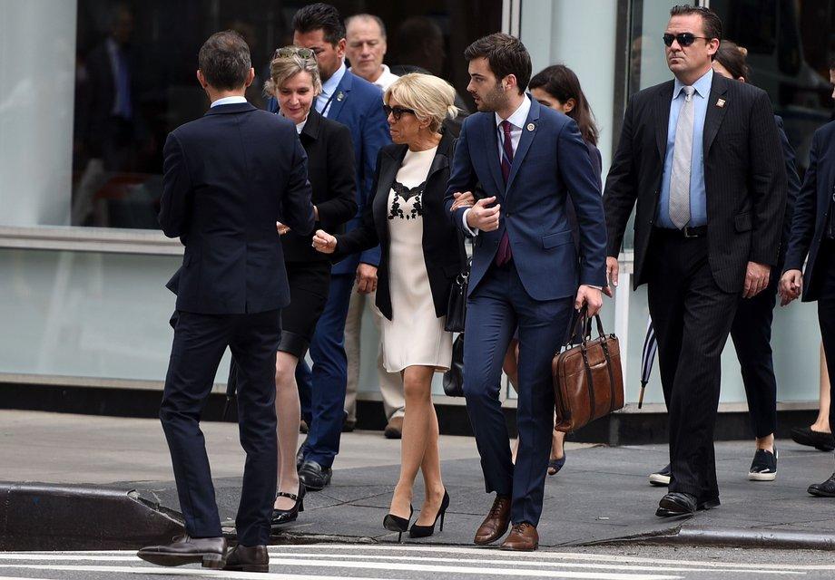 Бриджит Макрон в стильном наряде прошлась экскурсией по Нью-Йорку - фото 75369