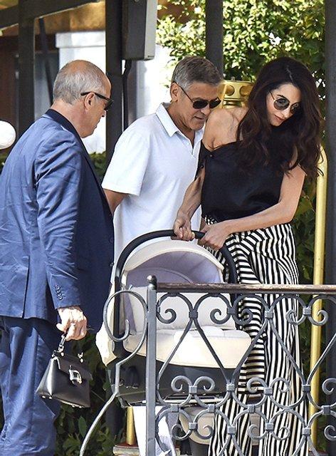 Супругов Клуни с детьми застукали на прогулке в Венеции - фото 71284