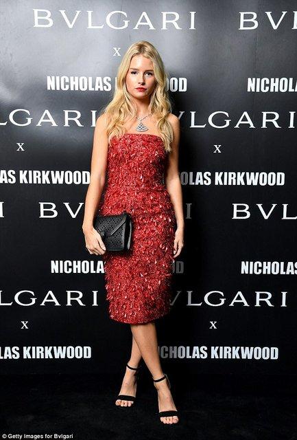 Лотти Мосс покорила красотой в элегантном обтягивающем платье - фото 75780