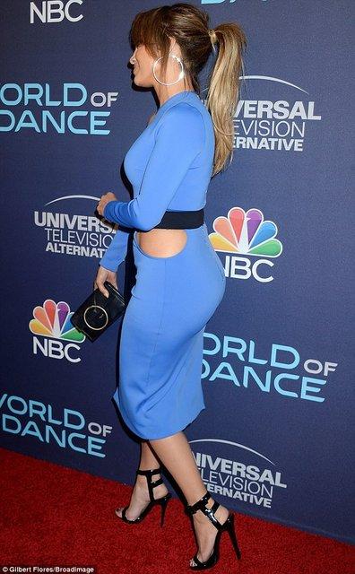 Дженнифер Лопес блистала в элегантном платье на премьере в Голливуде - фото 75415