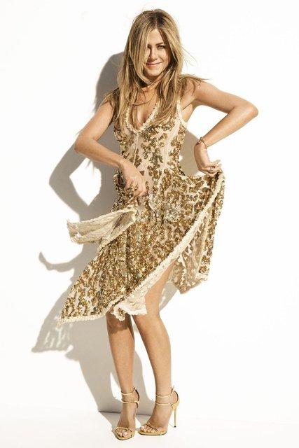Дженнифер Энистон в платьях с декольте поделилась тайнами с модным глянцем - фото 74177