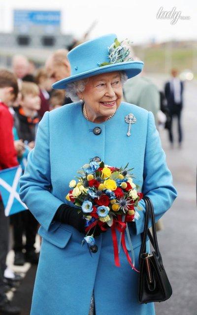 В голубом пальто и шляпе: Королева Елизавета ІІ вышла в свет - фото 71699