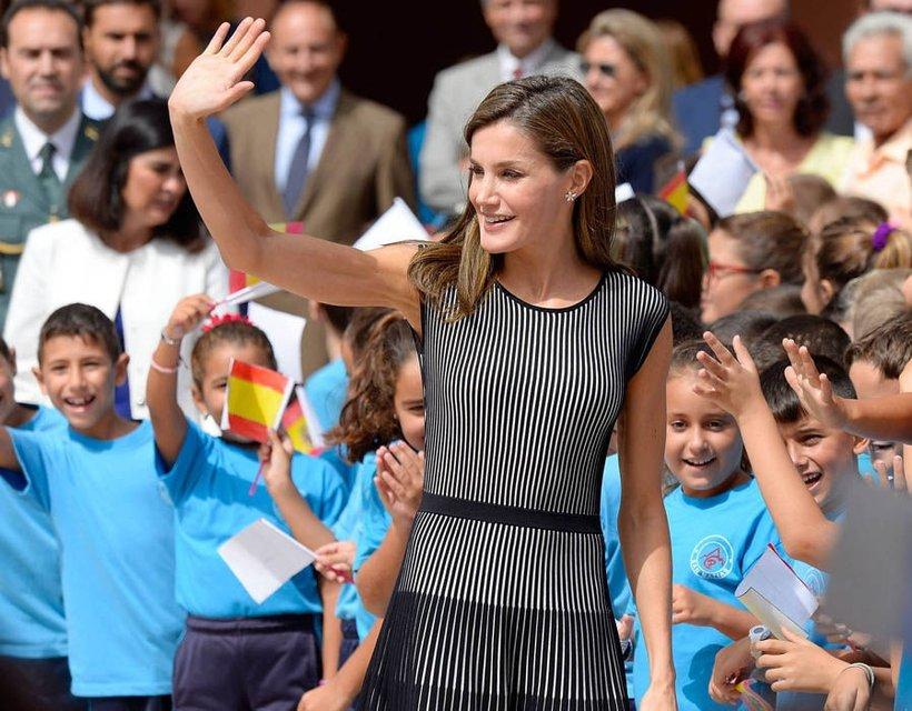 Королева Летиция в элегантном наряде приехала в школу - фото 75102