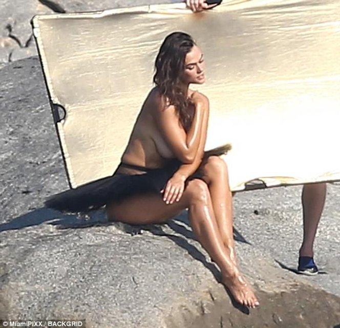 Майла Далбезио показала грудь в откровенной фотосессии для глянца - фото 82119