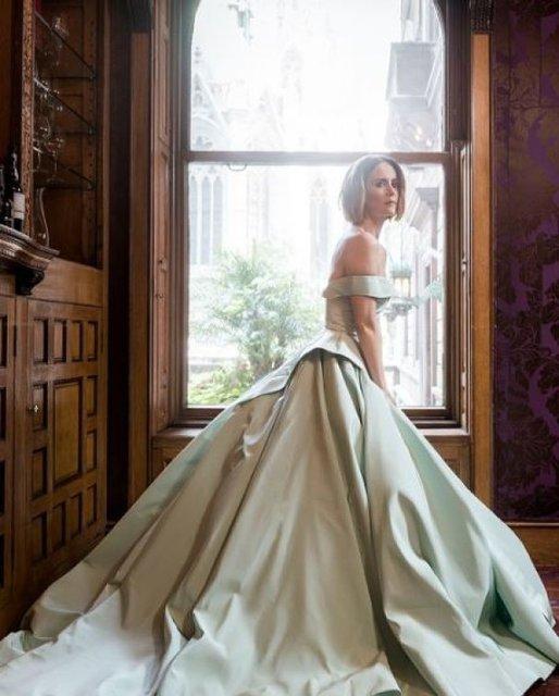Сара Полсон поразила красотой в элегантных нарядах - фото 79082