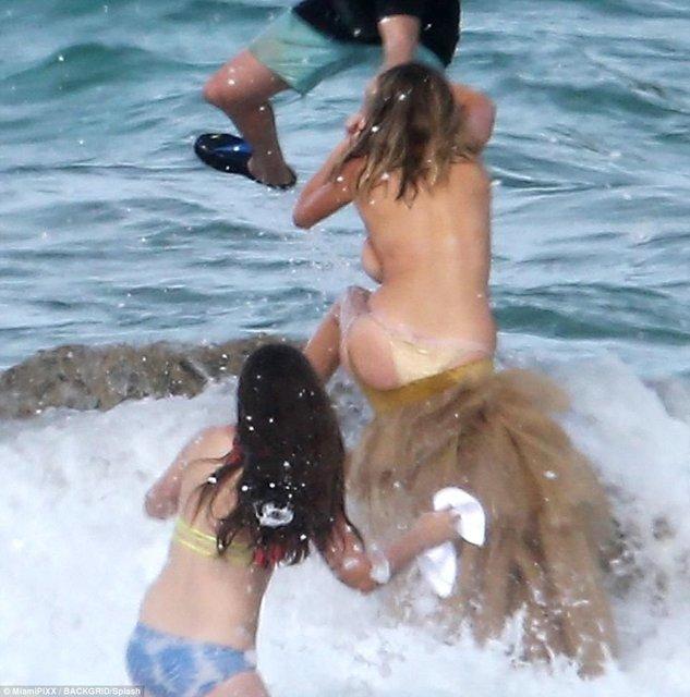 Кейт Аптон свалилась в море во время интимной съемки - фото 81501