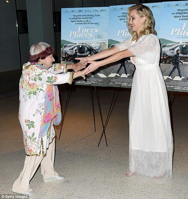 Дженнифер Лоуренс восхитила воздушным платьем с глубоким декольте - фото 81110