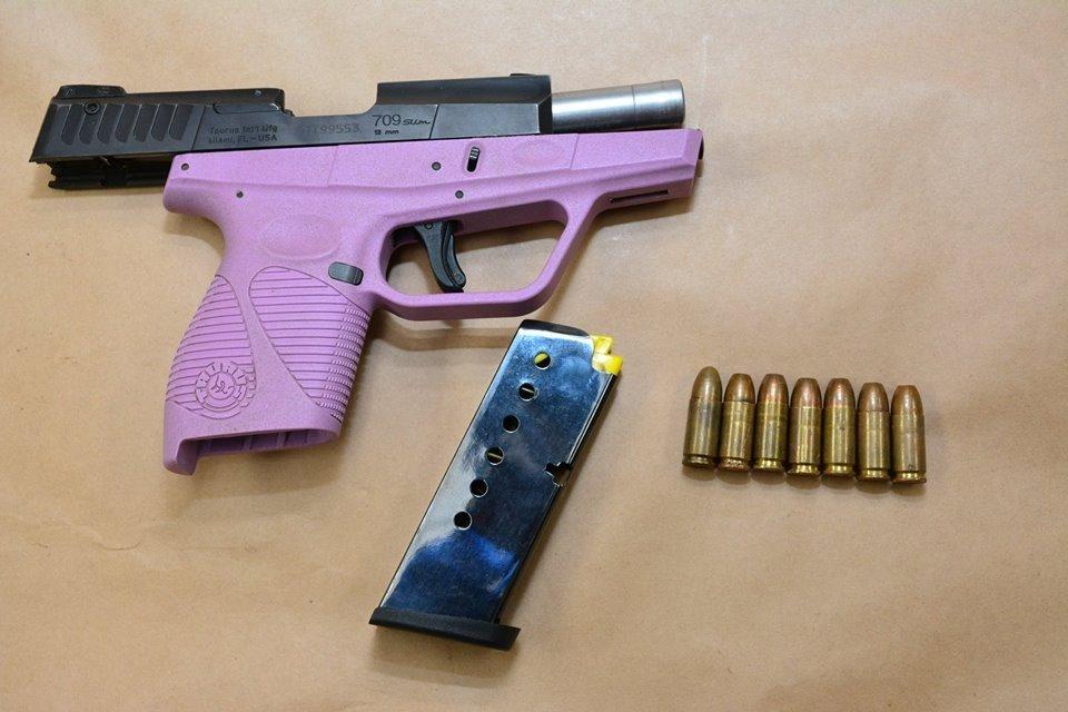При задержании у девушки нашли оружие - фото 85576