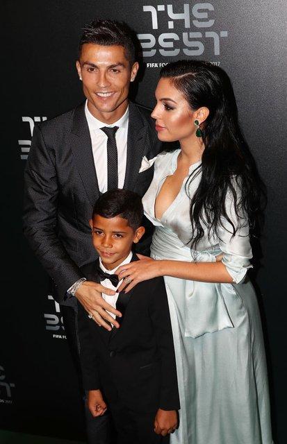 Криштиану Роналду с Джорджиной Родригес и сыном Криштианом Роналду-младшим - фото 83988