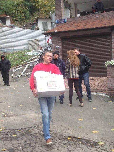 В Киеве начали сносить офисное здание вместе с сотрудниками - фото 81466
