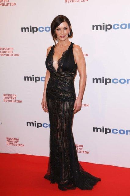 Кэтрин Зета-Джонс в полупрозрачном платье произвела фурор на премьере в Каннах - фото 83249