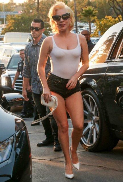 Леди Гага в обтягивающей футболке и коротких шортах покорила красотой - фото 84669