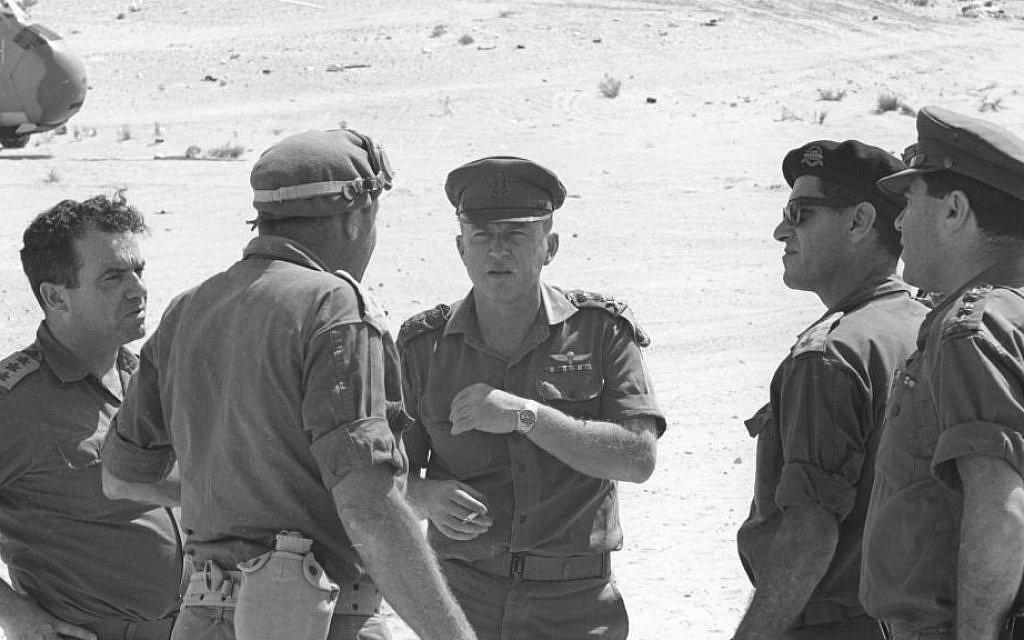Ицхак Рабин (в центре) - начальник генштаба израильской армии в Шестидневной войне - фото 77775