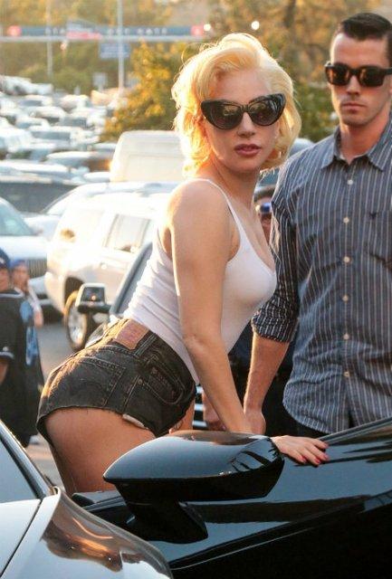 Леди Гага в обтягивающей футболке и коротких шортах покорила красотой - фото 84668