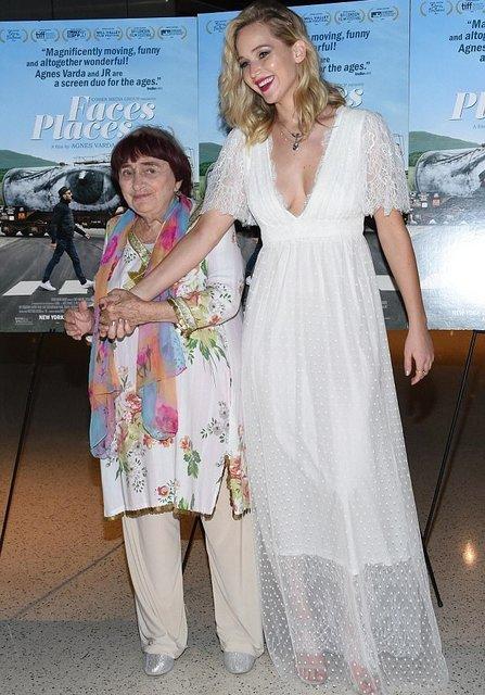 Дженнифер Лоуренс восхитила воздушным платьем с глубоким декольте - фото 81106