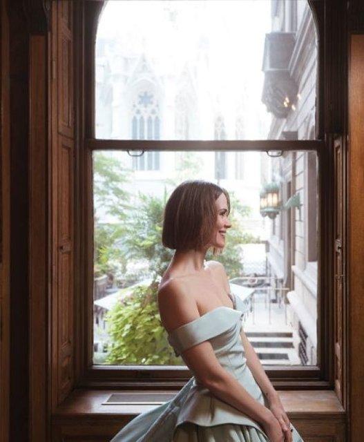 Сара Полсон поразила красотой в элегантных нарядах - фото 79084