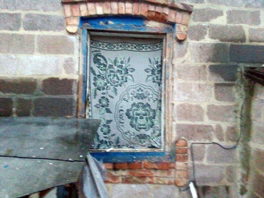 Разорвавшийся снаяд повредил жилой дом - фото 85551