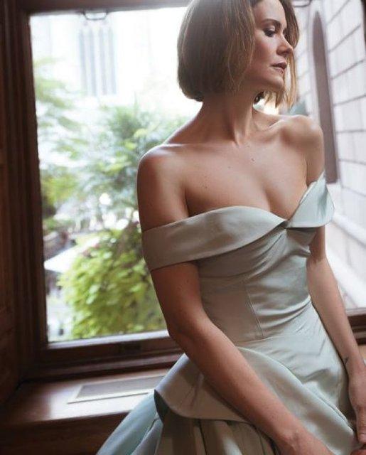 Сара Полсон поразила красотой в элегантных нарядах - фото 79077