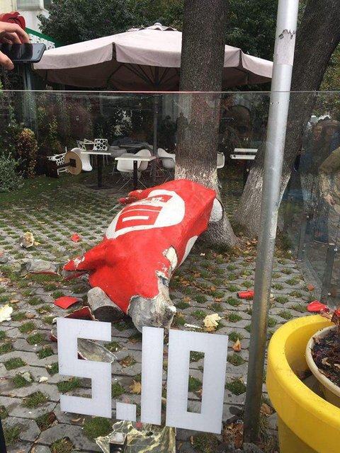 В центре Киева неизвестные громят офис популярной секты - фото 79086