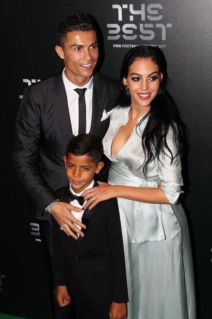 Криштиану Роналду с Джорджиной Родригес и сыном Криштианом Роналду-младшим - фото 83990