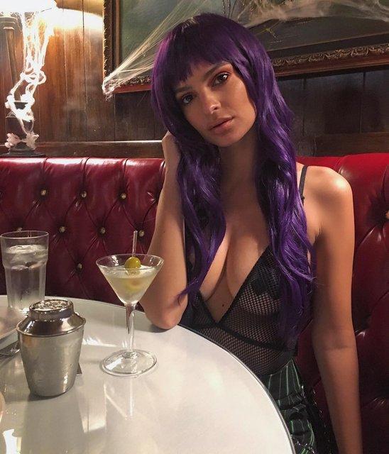 Полуголая Эмили Ратажковски показала грудь на вечеринке - фото 85956