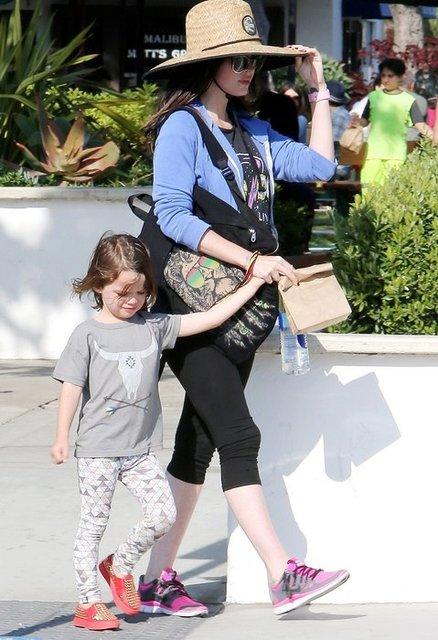 Зачем Меган Фокс наряжает сына в женскую одежду - фото 79259
