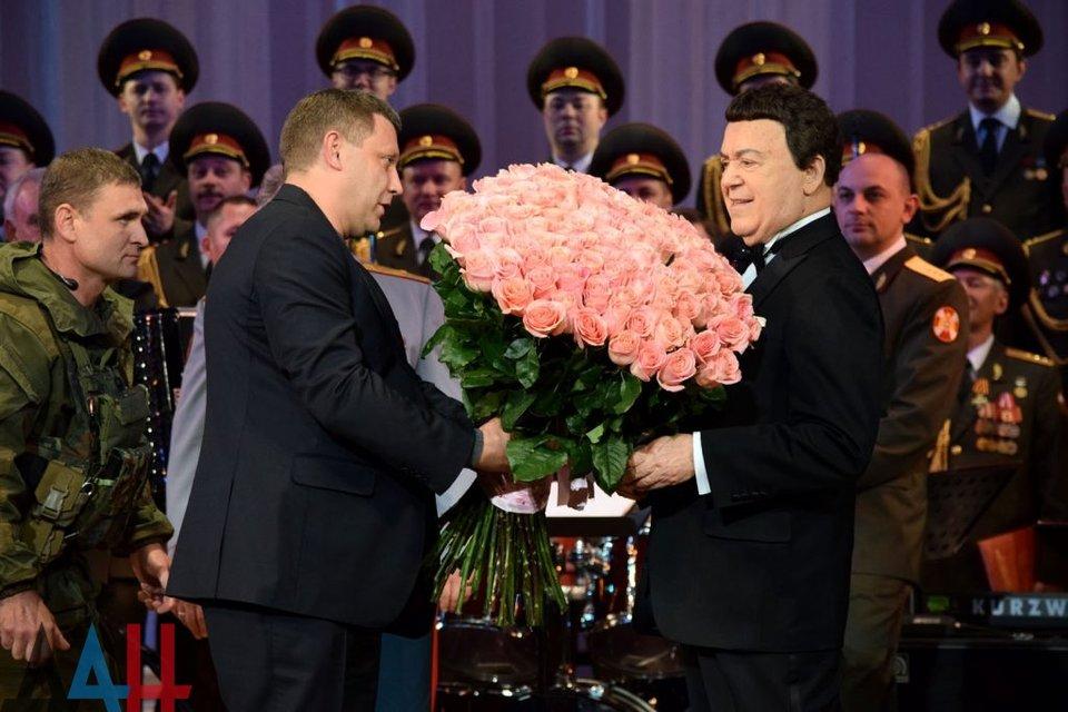 Захарченко поздравил Кобзона на сцене