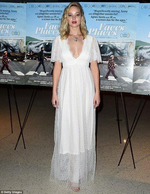 Дженнифер Лоуренс восхитила воздушным платьем с глубоким декольте - фото 81111