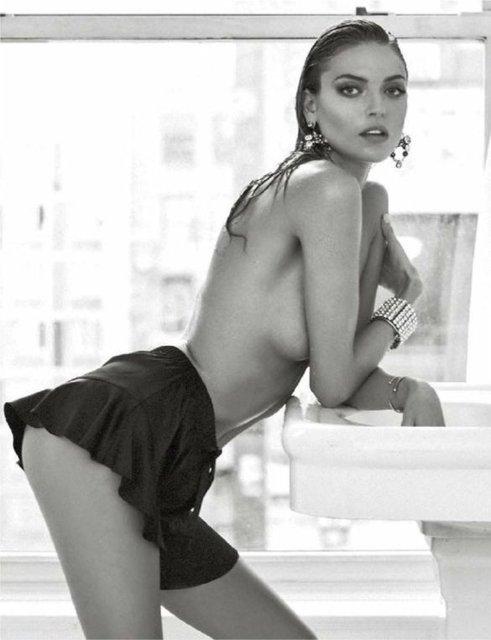 Супермодель Марта Хан топлес появилась на станицах модного глянца - фото 85042