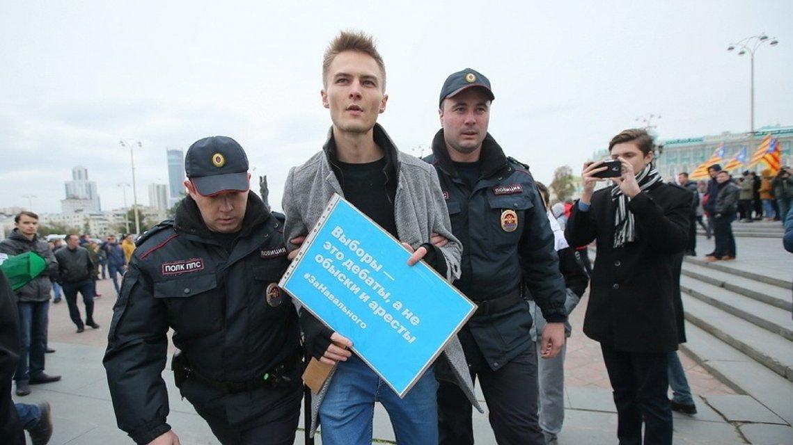 Участники акций в России требуют освободить Навального - фото 79657