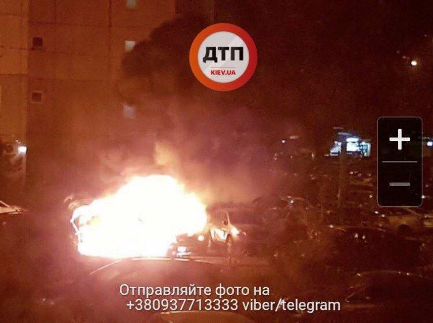 В Киеве сожгли машину МВД - фото 79876