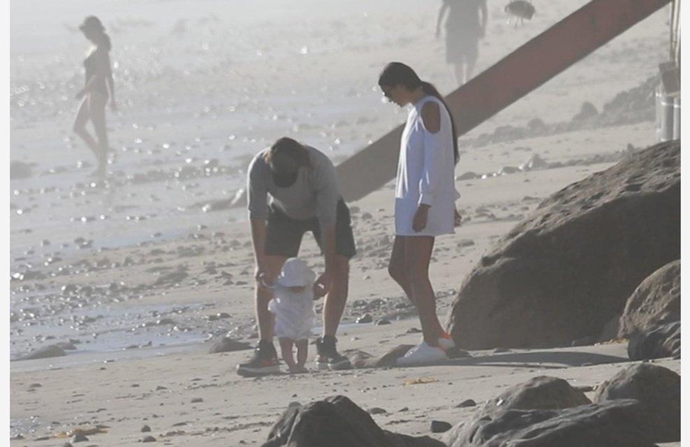 Ирина Шейк и Брэдли Купер учат дочку ходить - фото 84979