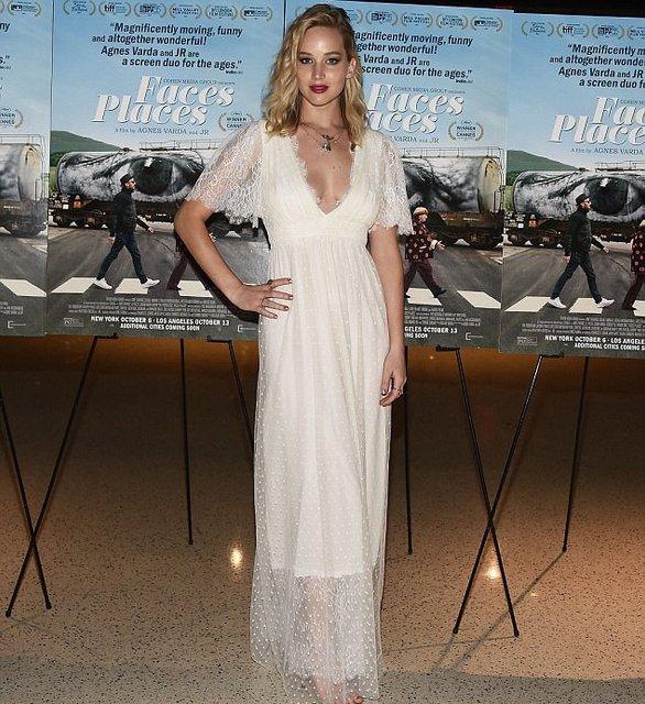 Дженнифер Лоуренс восхитила воздушным платьем с глубоким декольте - фото 81104