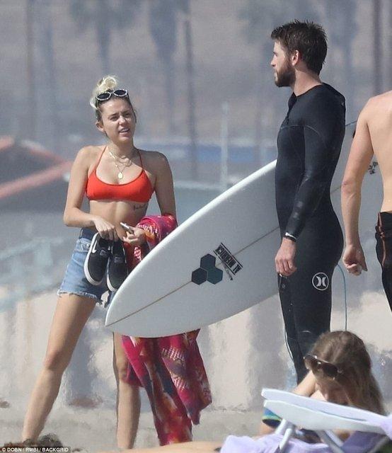 Майли Сайрус в бикини принимала солнечные ванны в Малибу - фото 82021