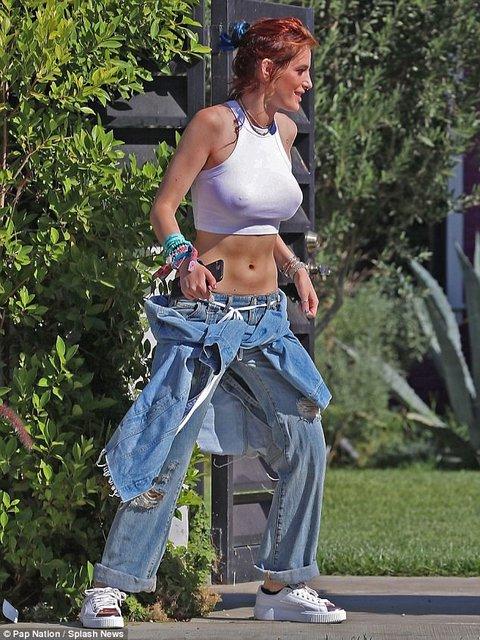 Белла Торн показала грудь в полупрозрачной футболке - фото 82988