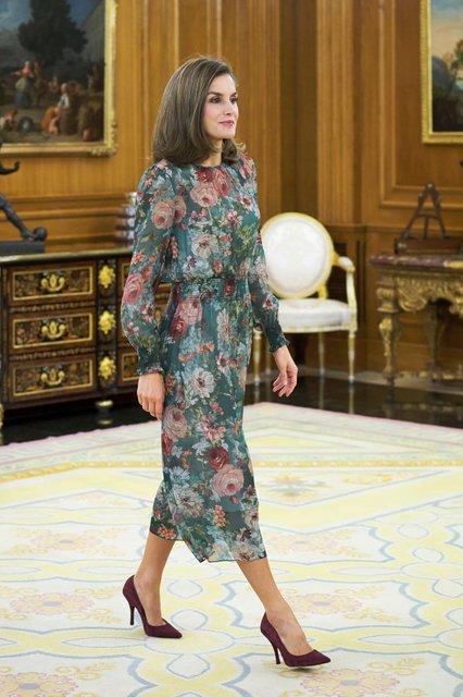 Королева Летиция вышла в свет в платье за 50 евро - фото 82506