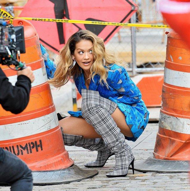 Рита Ора публично засветила нижнее белье в Нью-Йорке - фото 79397