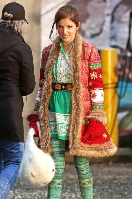 Анна Кендрик в образе дочери Санты Клауса - фото 85137