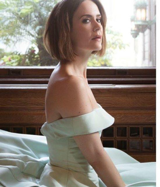 Сара Полсон поразила красотой в элегантных нарядах - фото 79080