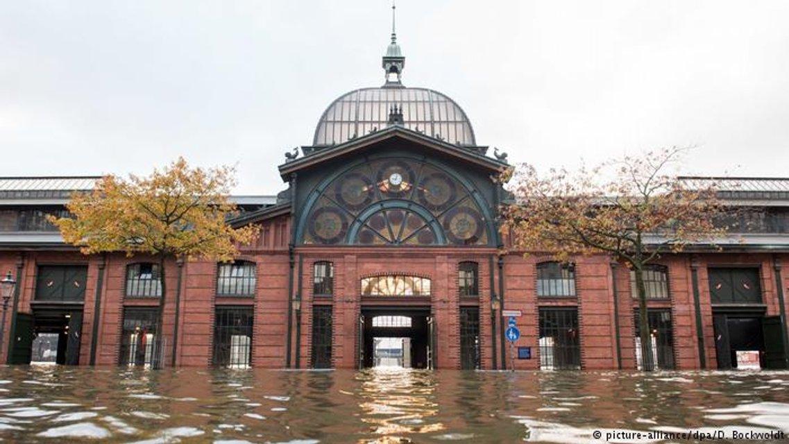 Рыбный рынок в Гамбурге во время штормового прилива - фото 85784