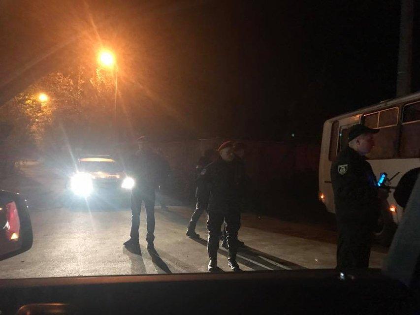 К резиденции Порошенко нагнали силовиков и военную технику - фото 82314
