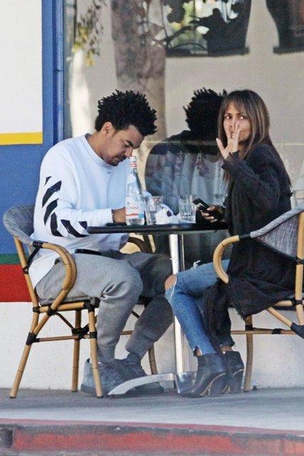 Папарацци подловили Холли Берри за завтраком с молодым любовником - фото 81245