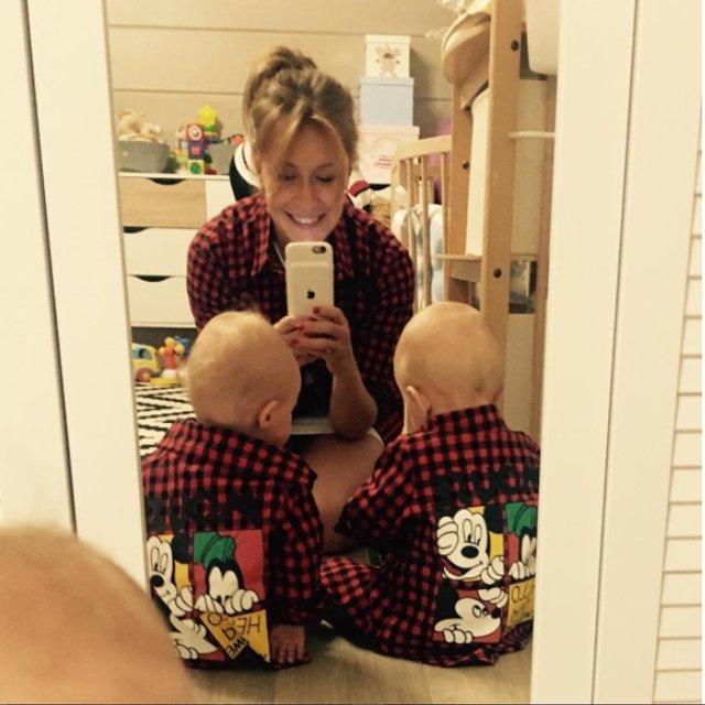Елена Кравец показала редкое селфи со своими двойняшками - фото 78579