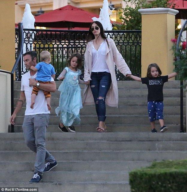 Зачем Меган Фокс наряжает сына в женскую одежду - фото 79260