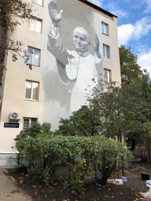 В Киеве осквернили мурал Святого Папы - фото 81738