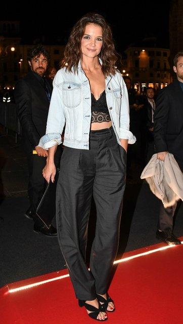 Кэти Холмс покорила красотой в кружевном кроп-топе и прямых брюках - фото 80111