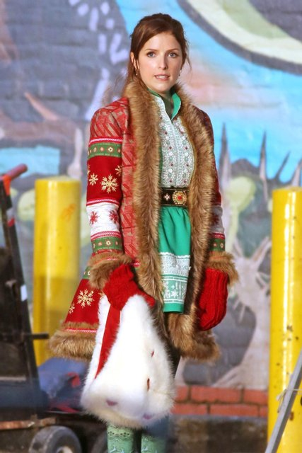 Анна Кендрик в образе дочери Санты Клауса - фото 85139