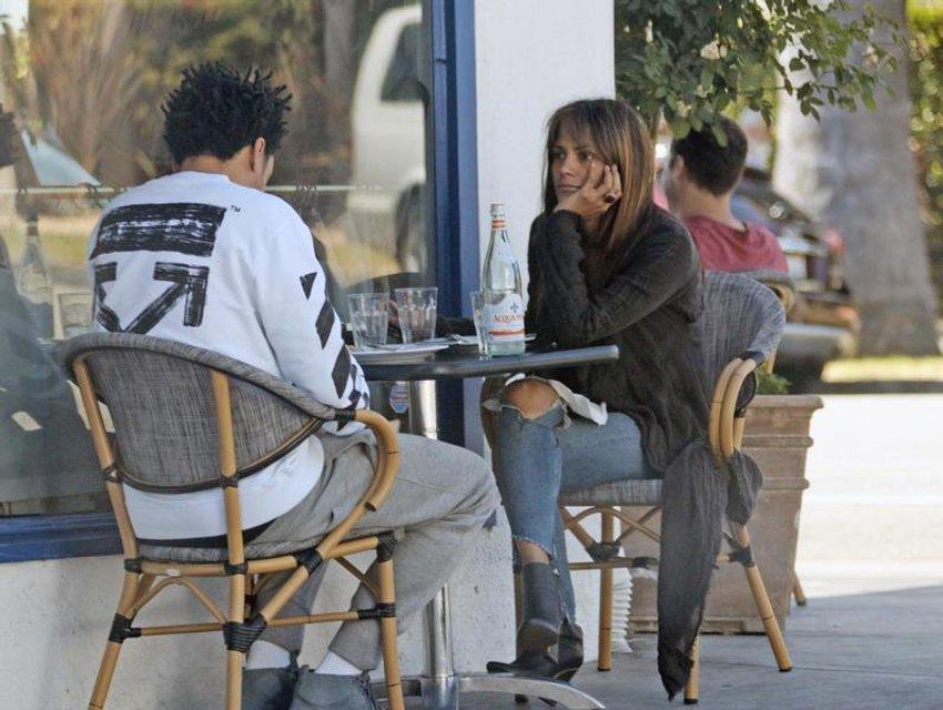 Папарацци подловили Холли Берри за завтраком с молодым любовником - фото 81246