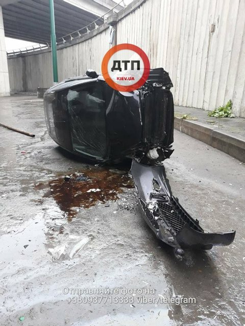 В Киеве с моста упал автомобиль: пострадали два человека - фото 79801