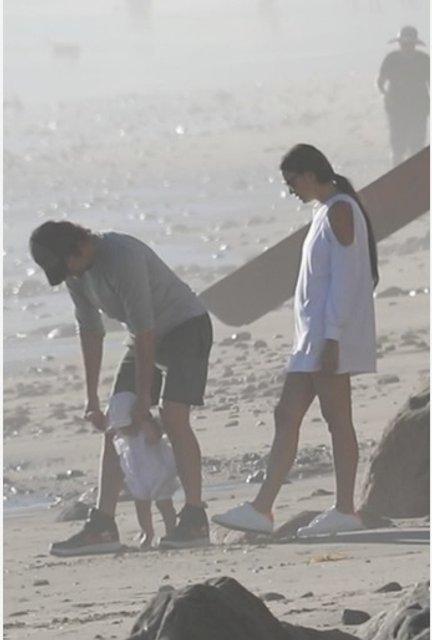 Ирина Шейк и Брэдли Купер учат дочку ходить - фото 84976